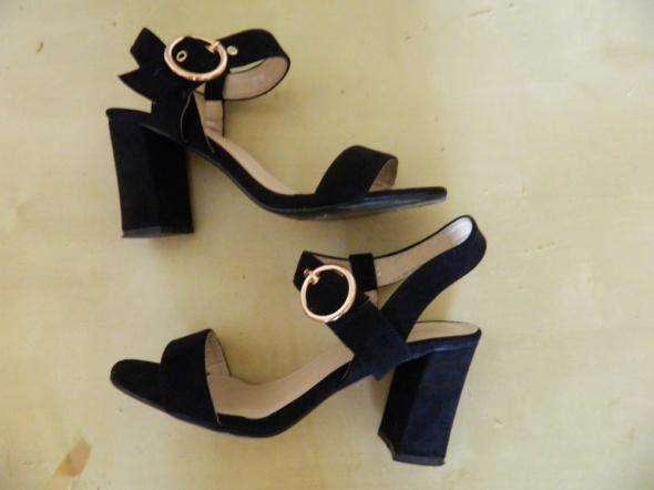 buty czarne na słupku a la Asos czarne snadałki must have
