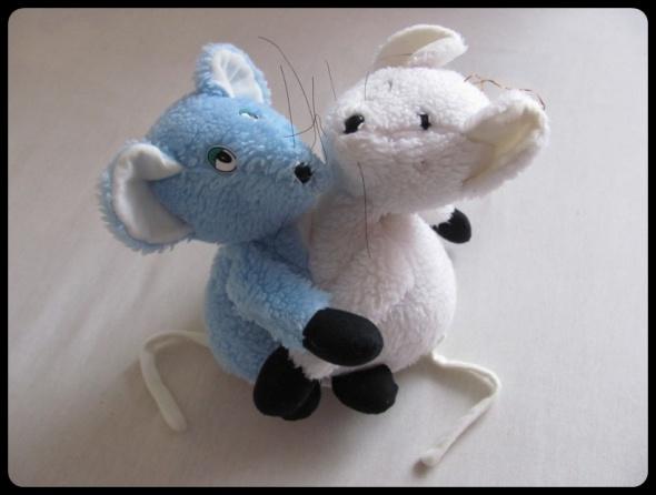 Maskotka pluszak Dwie przytulające się myszki