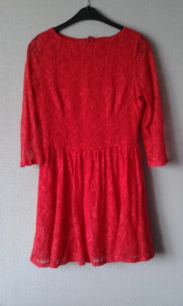 Czerwona koronkowa sukienka Missguided