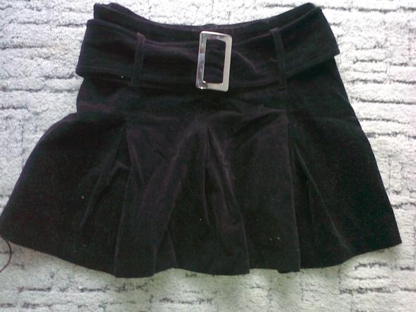 czarna sztruksowa spódnica mini plisowana
