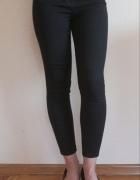 Czarne jeansy z wysokim stanem...