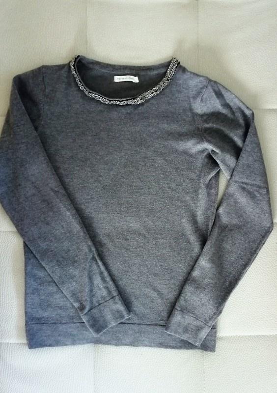 Szary sweter z aplikacjami