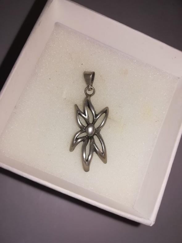 Śliczny wisiorek kwiatek srebro 925