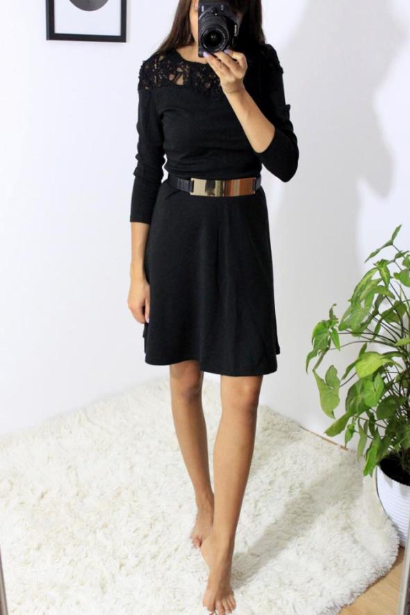 Czarna rozkloszowana sukienka z koronką pod szyją