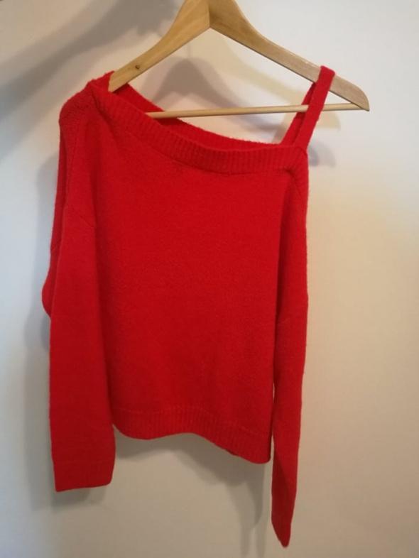 Czerwony sweterek na jedno ramię M H&M...