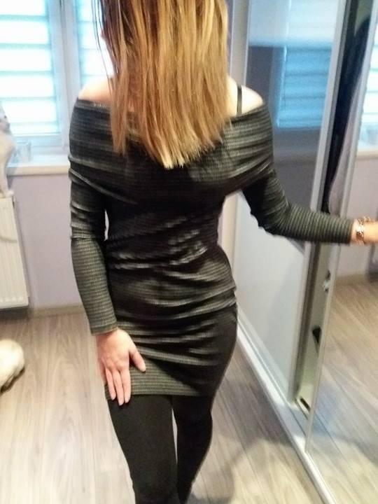 Sukienka prązkowana sweterkowa Reserved...