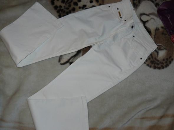 Białe spodnie jeansowe jak nowe
