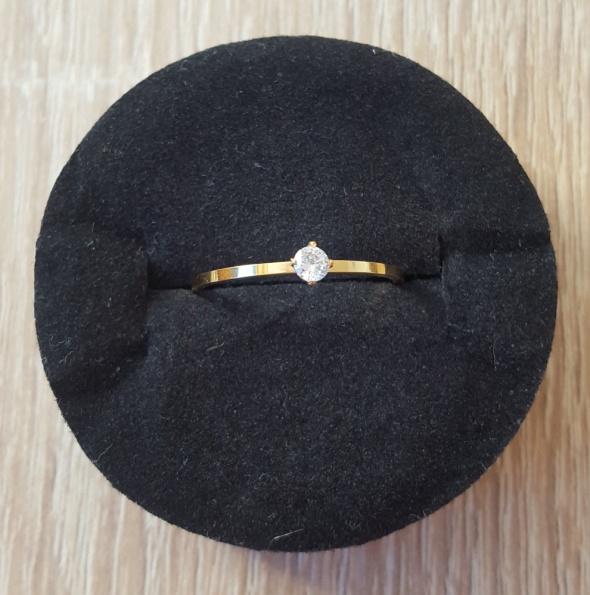Nowy prosty pierścionek z cyrkonią złoty kolor celebrytka lekki