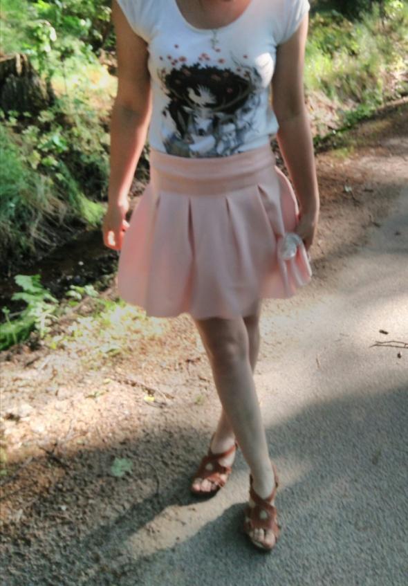 Mini różowa pudrowa spódniczka rozkloszowana