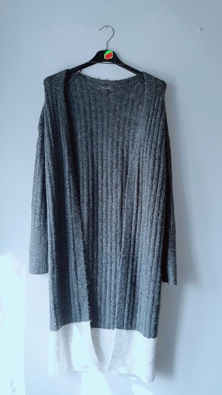Idealny długi szary sweter