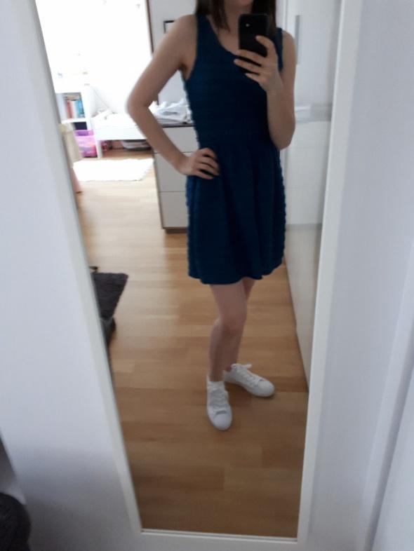 Niebieska sukienka Stradivarius...