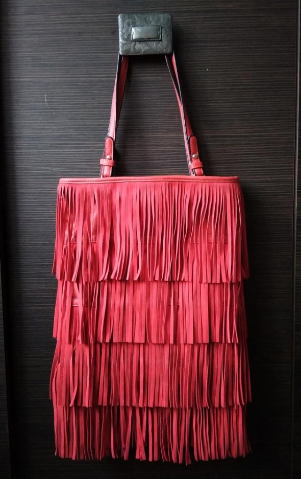 Piękna czerwona torebka frędzle