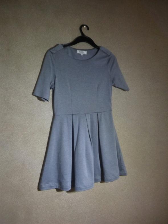 Szara rozkloszowana sukienka z krótkim rękawem 40