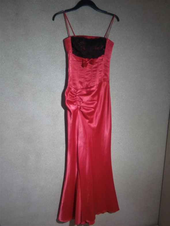 Czerwona maxi sukienka z czarną koronką na ramiąc