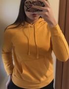 Żółta bluza z kapturem...
