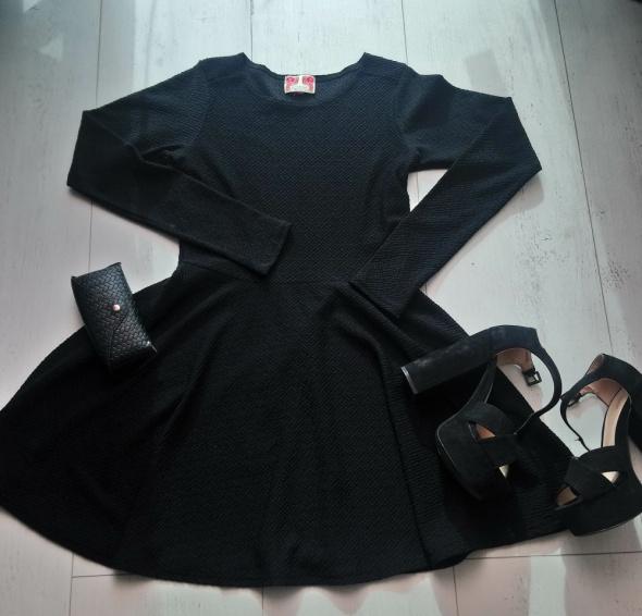 Krótka sukienka z długim rękawem