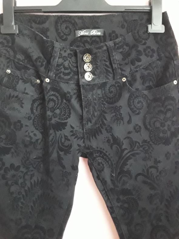 Spodnie z tłoczenia mi koronki