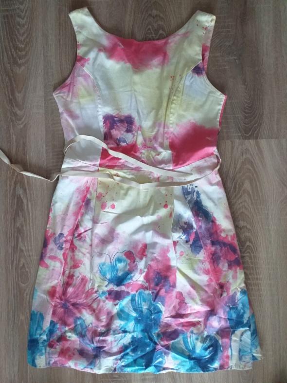 Kolorowa sukienka z paskiem...