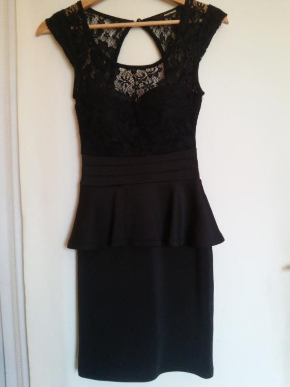 czarna koronkowa sukienka z baskinką...