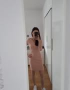 Brzoskwiniowa sukienka Bershka...