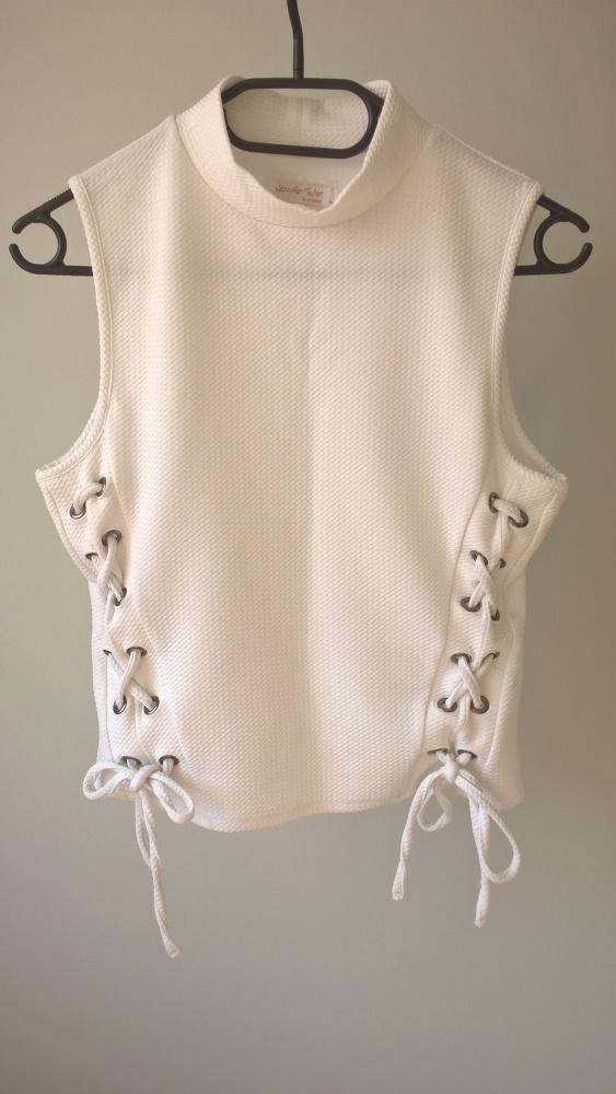 Biała sznurowana bluzeczka