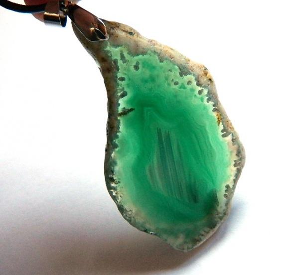 Zielony surowy agat nieregularny plasterwisiorek