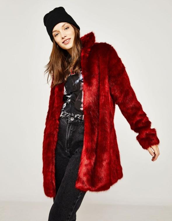 Czerwony płaszczyk ze sztucznego futerka BERSHKA