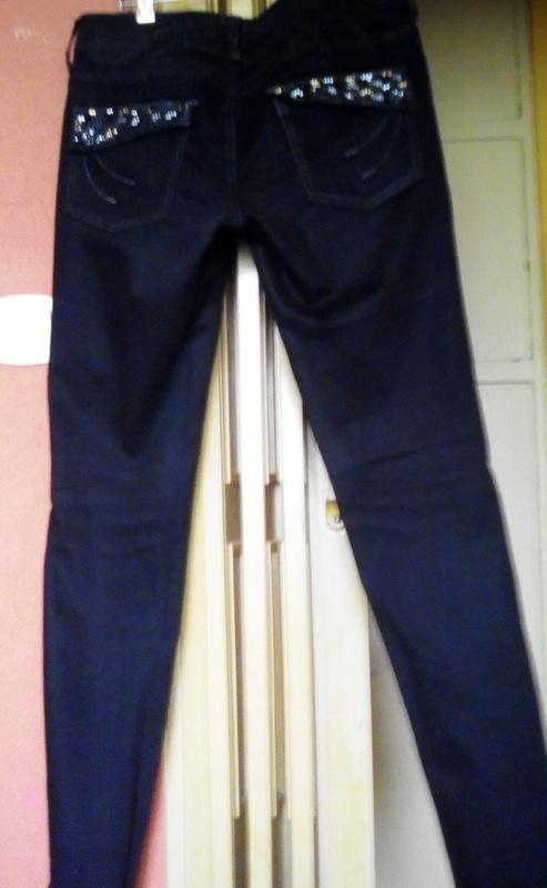 Sliczne jeansy z cwiekami na tylnych kieszeniach...