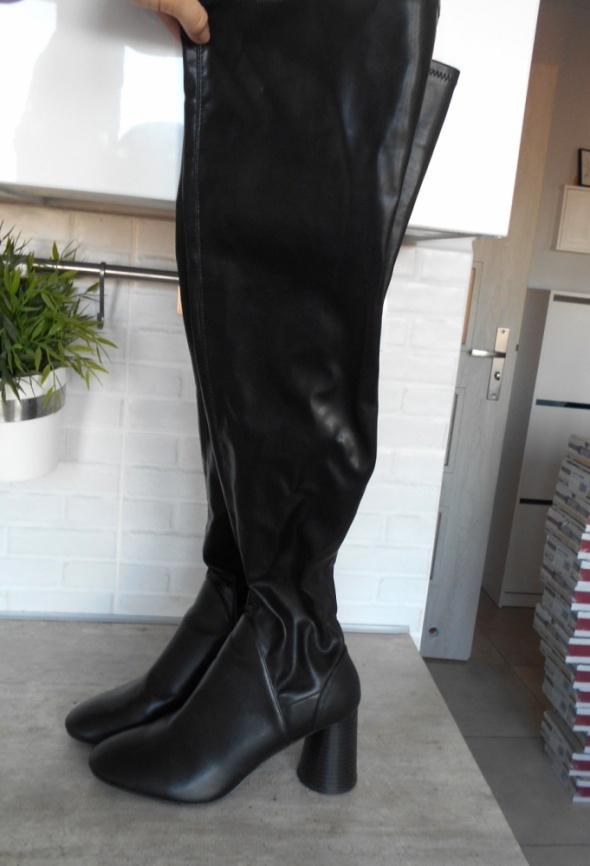 Zara kozaki czarne za kolano overknee na słupku w Kozaki