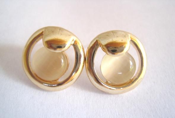 kolczyki kółka wkrętki złote nude beżowe kamienie