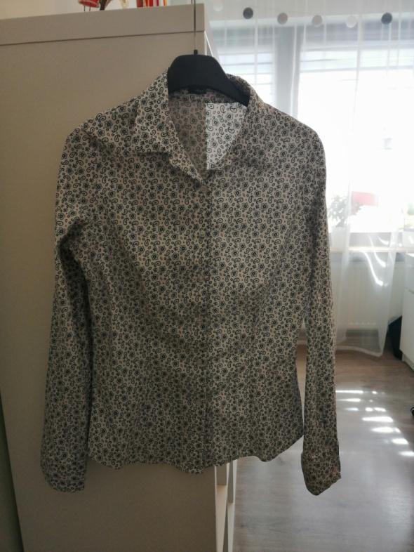biała koszula we wzorki...