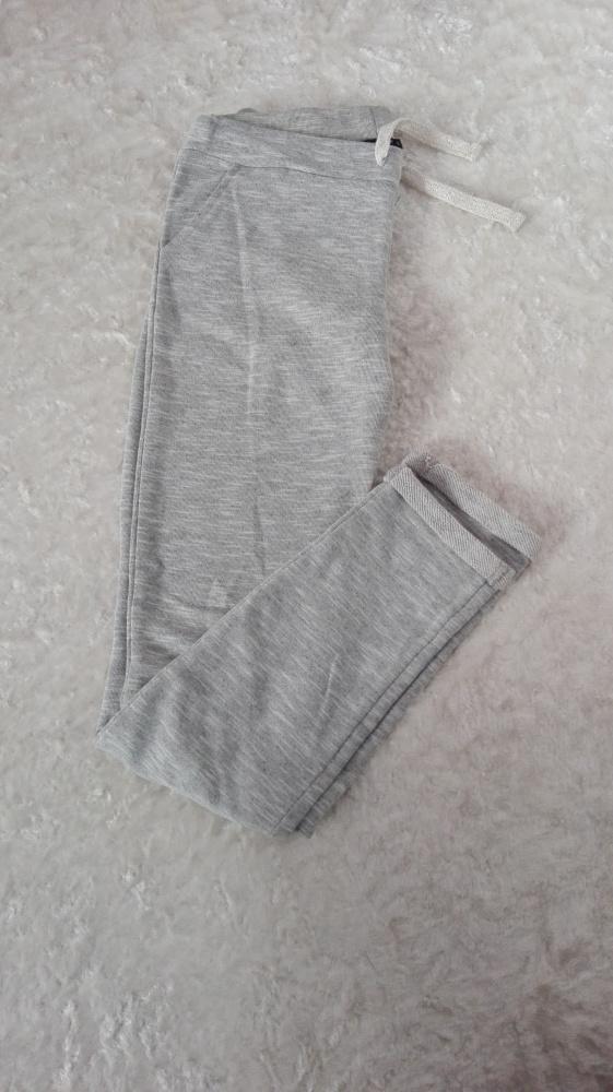 szare spodnie dresowe...