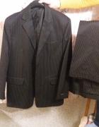 czarny garnitur w prążki...