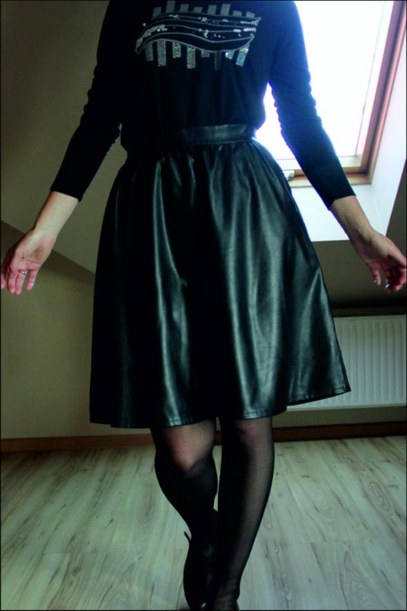 Czarna spódnica z materiału imitującego skórę...