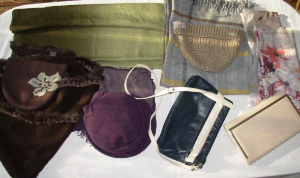 Zestaw dodatków szaliki czapki torebki