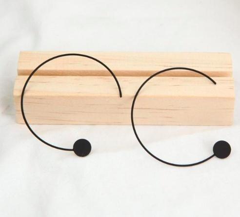 Proste geometryczne kolczyki czarne