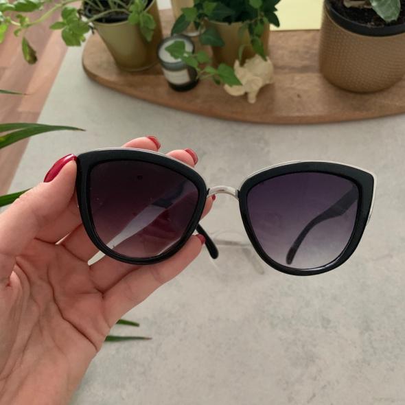 Czarne kocie okulary przeciwsłoneczne ze srebrnym noskiem
