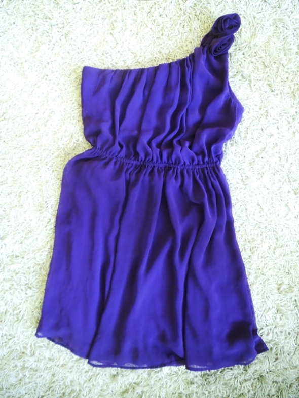 fioletowa zwiewna sukienka na jedno ramię S