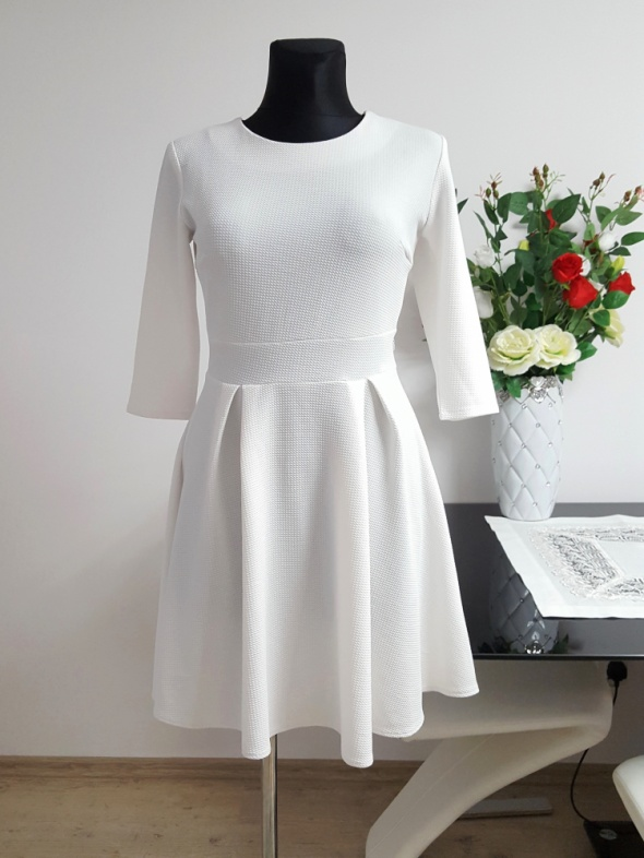 biała sukienka z czarną koronką...