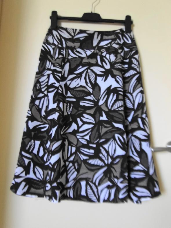 Piękna bporządna letnia spódnica jak nowa 42