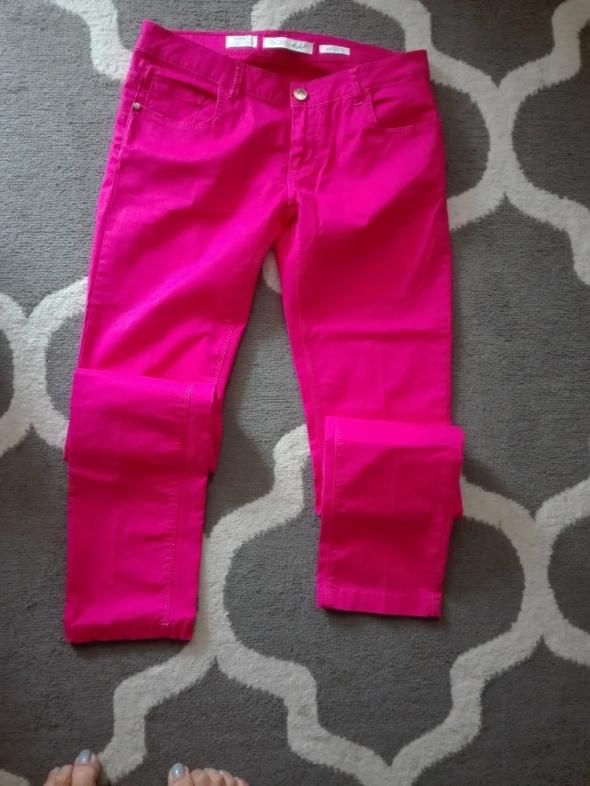 Malinowe spodnie rurki