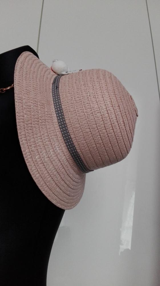 kapelusz z ozdobą