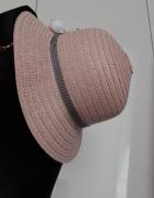 kapelusz z ozdobą...
