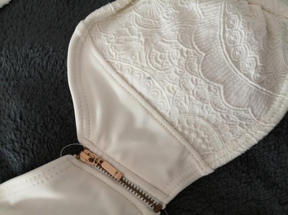 Biały dwuczęściowy strój kąpielowy