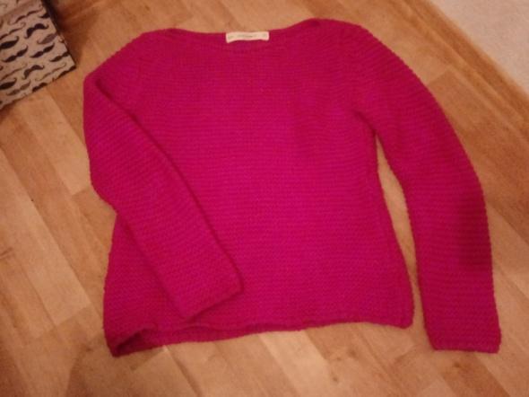 różowy gruby sweter