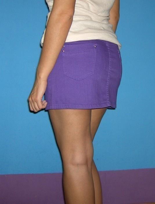 krótka fioletowa jeansowa spódnica