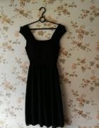 Czarna krótka sukienka regulowana paskiem...