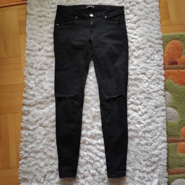 Czarne spodnie skinny z dziurami na kolanach