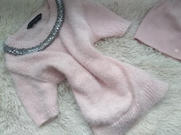 Pudrowy róż sweterek różowy z naszyjnikem dorothy Perkins s włochaty