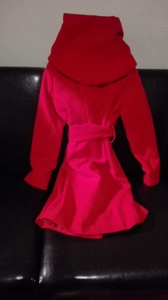czerwony zgrabny plaszczyk z kapturem...